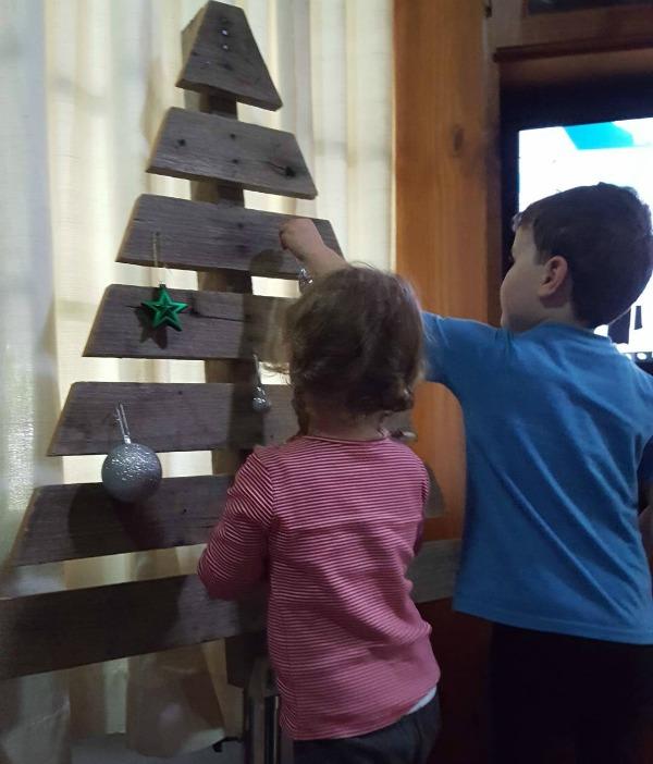 hang christmas pallet christmas tree