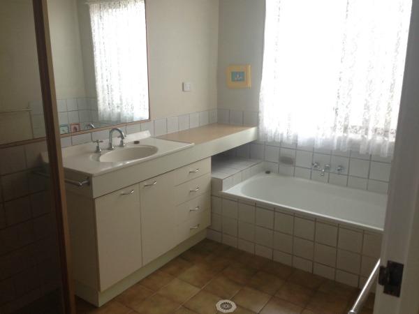 old 80's bathroom